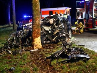 05 Februar 2016 Unfall auf der alten B 56 zwischen Timmendorf und Geilenkirchem endet für den Fahrer tödlich Feuerwehr mußte den Mann aus dem Fahrzeug schneiden  ©  dmp, ,,  ,