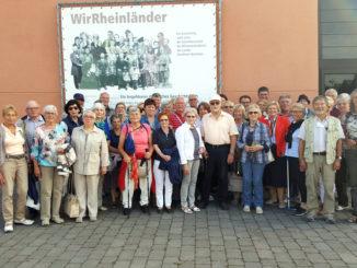 """Unser Bild zeigt die Reisegruppe der Europ Union aus Geilenkirchen vor der Ausstellungshalle """"WirRheinländer"""".  Foto: privat"""