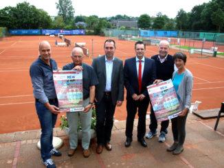 Verantwortliche und Sponsoren des KW-Cup 2016 präsentieren das Plakat zum Jugendturnier