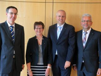 Hans-Jürgen Dauven, Helga Klocke und Michael Kouchen nahmen von Volksbank-Vorstandsmitglied Klaus-Dieter Kroll (von links) die Glückwünsche zu ihren Jubiläen entgegen. Auf dem Foto fehlt Jubilar Manfred Derichs.