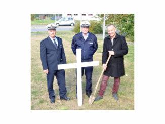 Polizeihauptkommissar Josef Neiß, Polizeioberkommissar Frank Meuffels und Rene Stegemann (v.l.n.r.) bei der Aufstellung des Kreuzes an der Karl-Arnold-Straße in Heinsberg.
