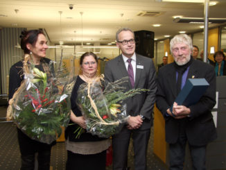 Die Künstlerinnen Christine Giesen (li.) und Katalin Islik zusammen mit Regionalmarktleiter Rudolf Klee und Gastredner Prof. Dieter Crumbiegel.