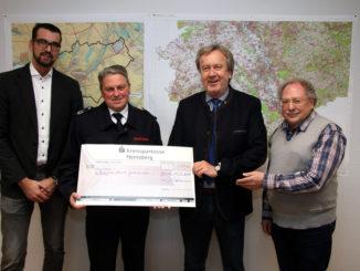 Bernd Reinckens übergibt den Scheck für die Freiwillige Feuerwehr an Michael Meyer. Mit dabei waren Bürgermeistrer Georg Schmitz und Björn Reinckens (li.)